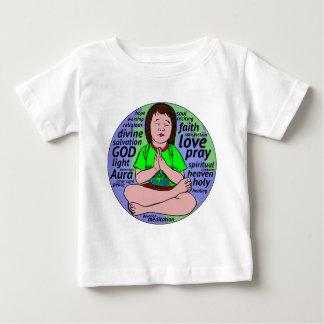 Liten flicka som ber och mediterar som sitter på tröja