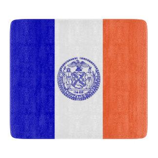 Liten glass skärbräda med den New York City flagga