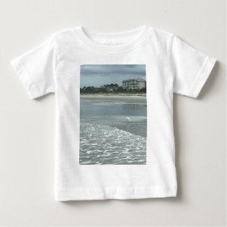 Liten heron på stranden tee shirts