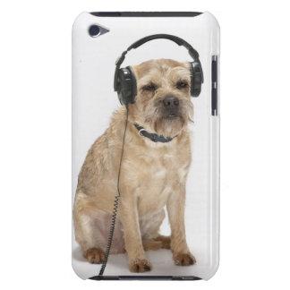 Liten hund som ha på sig hörlurar iPod touch skydd