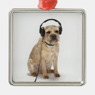 Liten hund som ha på sig hörlurar julgransprydnad metall