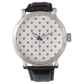 Liten polka dots - mörkt pastellfärgat rött på vit armbandsur