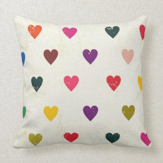 Litet färgrikt hjärtamönster kudde