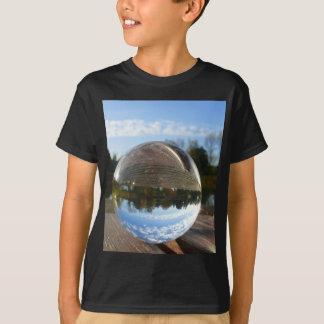 Litet hav som ses till och med en kristallkula t-shirt