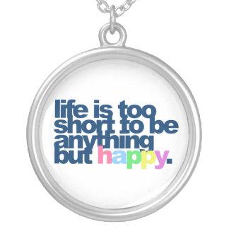 Liv är för kort att vara något men happy. halsband med rund hängsmycke