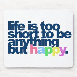 Liv är för kort att vara något men happy. musmatta