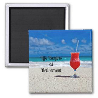 Liv börjar på pensionen--Frostig drink på strand Magnet