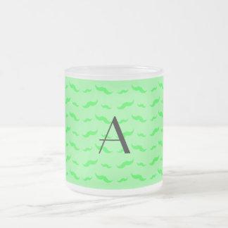 Ljus Monogram - grönt mustaschmönster Kaffe Mugg