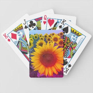 Ljusa gula guld- blom- solrosor som leker kort spelkort