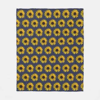 Ljusa gula solrosor på blått fleecefilt