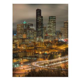Ljust görar strimmig från bilar på natten vykort