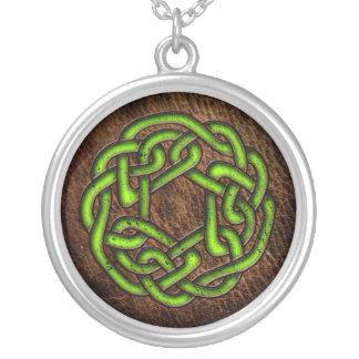 Ljust - grön celtic prydnad på läder silverpläterat halsband