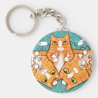 Ljust rödbrun tabby katt med leksaker rund nyckelring