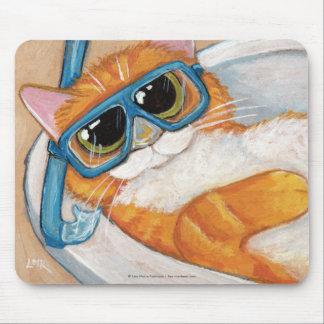 Ljust rödbrun tabby katt med snorkelen som kopplar musmatta