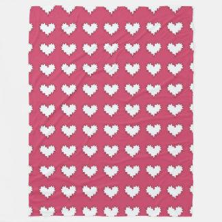 Lockig hjärtavit på den mörka rosaullfilten fleecefilt