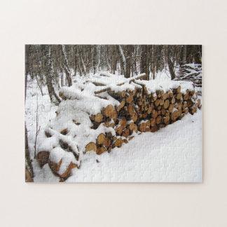 Logga högen i skogen, foto sompussel med gåvan pussel