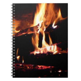 Loggar in den varma spisen avfyrar fotografi anteckningsbok