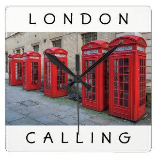 London boxas den röda telefonen väggen tar tid på fyrkantig klocka