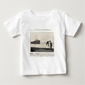 Louis Pesha som fotograferar de stora fartygen Tee Shirt