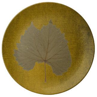 Löv för dammiga grå färg för vintage torrt på porslinstallrik