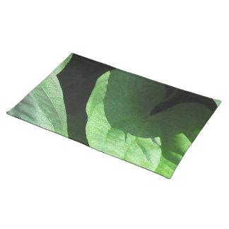Lövcloseupen i ljust och skuggar bordstablett