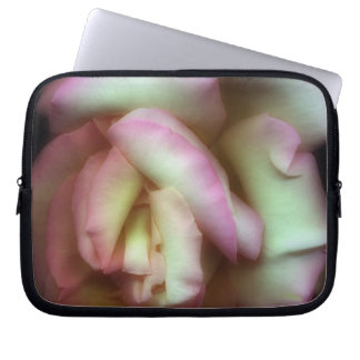 <Love is a Rose> vid Nathan Griffith Laptop Sleeve