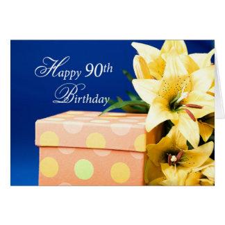 Lycklig 90:e födelsedag, liljar och gåva på blått hälsningskort