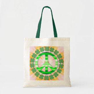 Lycklig grön irländsk klöverfredstecken tote bags