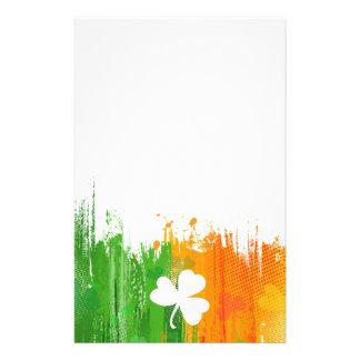 Lycklig klöver- & bläckbakgrund brevpapper