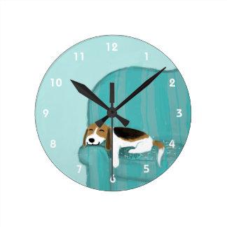 Lycklig soffaBeagle - gullig hund design Medium Rund Klocka
