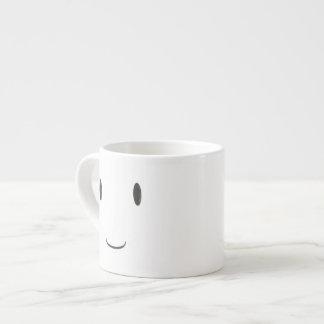 Lycklig som ler denvände mot muggen espressomugg