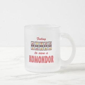 Lyckligt att äga en Komondor roligthund design Frostad Glasmugg