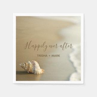 Lyckligt någonsin efter snäckskal på strandbröllop pappersservetter