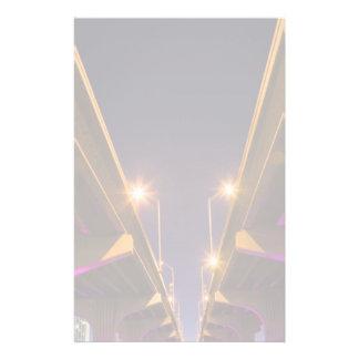 MacArthur Causeway som ses från under på skymninge Brevpapper