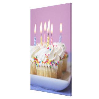 Magasin av födelsedagmuffins med stearinljus canvasduk med gallerikvalitet