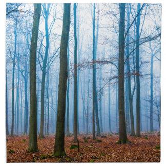 Magisk skog i dimma i blått och orange tygservett