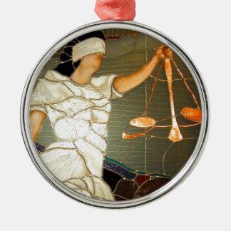 Majestätisk damrättvisa i målat glassdesign rund silverfärgad julgransprydnad