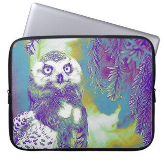 Majestätisk uggla på det snöig grenfodral laptop fodral