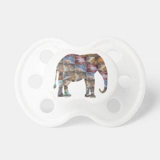 Majestätiskt vänligt djur: Elefantmarmor belägger Napp