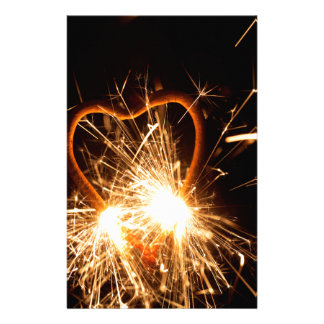 Makrofotoet av en brinna sparkler bildar in av en brevpapper
