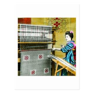 Mal den japanska kvinnan för vintage som använder vykort