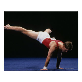 Male gymnast som peforming ett rutinmässigt i golv poster