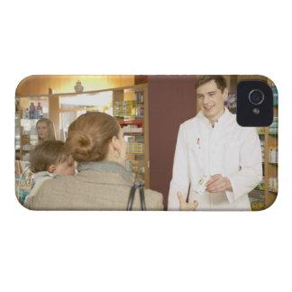 Male pharmacist som räcker medicinen över till iPhone 4 skydd