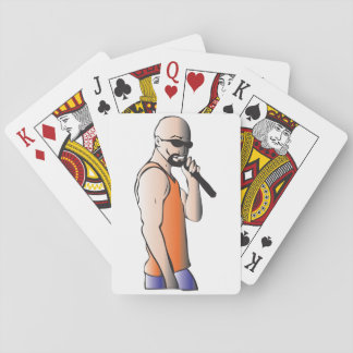 Male sångare som leker kort spelkort