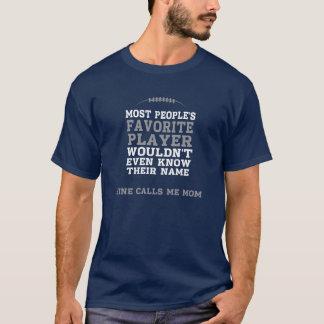 Mamma beklär den favorit- fotbollsspelareskjortan tröjor