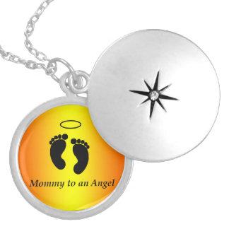 Mammor till ett ängelhalsband halsband med rund berlock