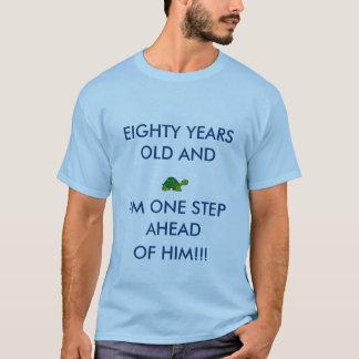 Man kliver framåt av gammala åttioår för en tee shirts