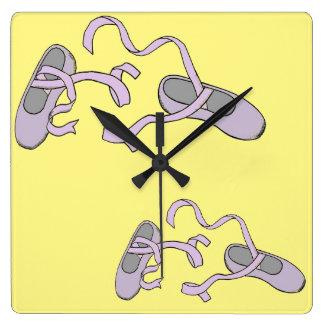 Man kliver i sänder fyrkantig klocka