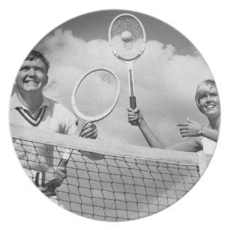 Man och kvinna som leker tennis tallrik