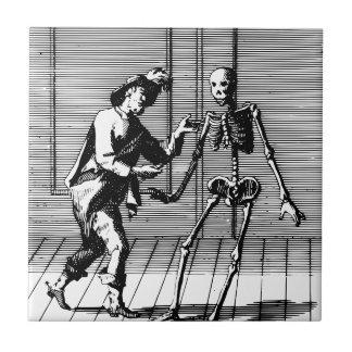 Man som föreslår till ett skelett liten kakelplatta